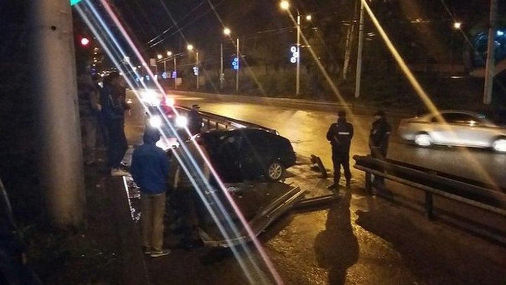 32-летний местный житель на автомобиле mitsubishi lancer превысил скорость, не справился с управлением и