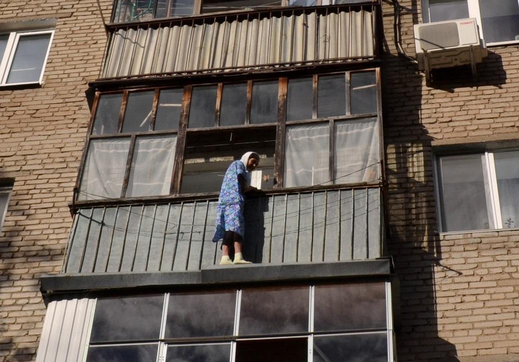 Пенсионерка из уфы чуть не упала с балкона четвертого этажа .
